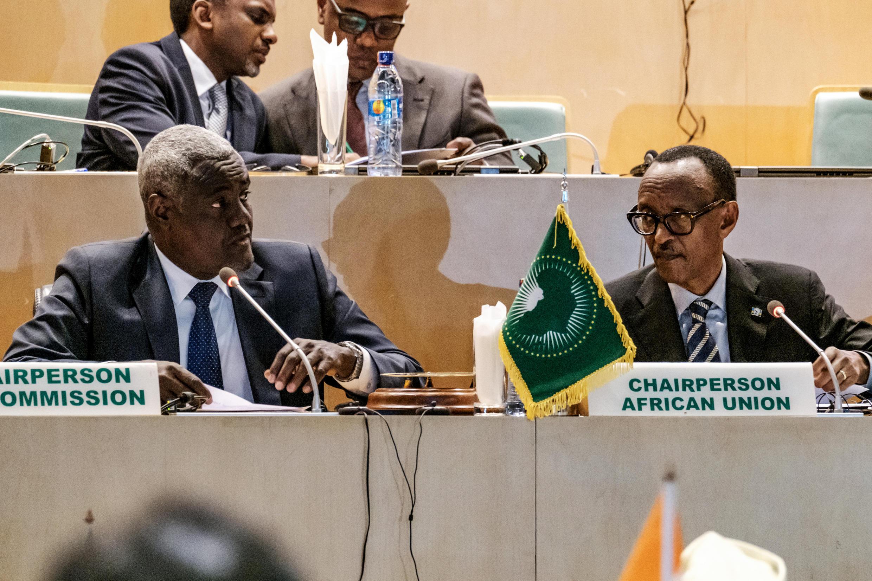 Le président de la Commission de l'Union africaine, Moussa Faki Mahamat (G) aux côté du président en exercice de l'organisation le 17 janvier à Addis-Abeba.