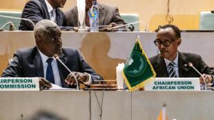 Le président de la Commission de l'Union africaine, Moussa Faki Mahamat (g.) aux côté du président en exercice de l'organisation le 17 janvier 2019 à Addis-Abeba.