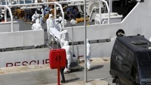 Тела 24 погибших в результате крушения судна с мигрантами в Средиземном море были доставлены на Мальту в этот понельнтик, 20 апреля.