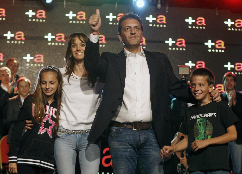 Sergio Massa,  entouré de sa femme Malena et de ses deux enfants, après le résultat des élections législatives, le 27 ocotbre 2013.