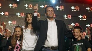 Sergio Massa, entouré de sa femme Malena et de ses deux enfants, après le résultat des élections législatives, le 27 octobre 2013.