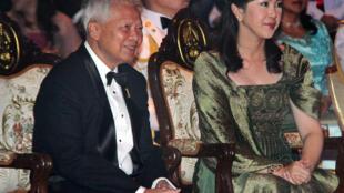 Le nouveau régent thaïlandais, Prem Tinsulanonda, et l'ancienne Première ministre Yingluck Shinawatra (D) lors d'un gala à Bangkok, le 19 janvier 2012 (photo d'illustration).