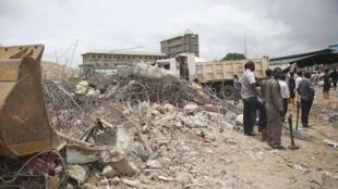 Des équipes de recherches devant les ruines du bâtiment de la SCOAN, l'église télévangéliste, qui s'est effondré à Lagos, au Nigeria.