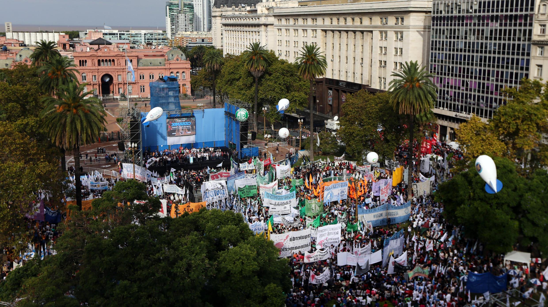 Protesto contra o governo Macri na Praça de Maio, em frente à Casa Rosada, em Buenos Aires. 30/03/2017
