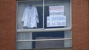 Comme dans beaucoup de pays du monde, le personnel soignant à Bogota est salué pour son travail lié à la pandémie de coronavirus, le 24 avril 2020.