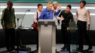 Thủ tướng Singapore phát biểu tại Lễ Quốc Khánh ngày 21/08/2016. Trong ảnh, ông Lý Hiển Long được các cận vệ dìu đi sau khi bị choáng.