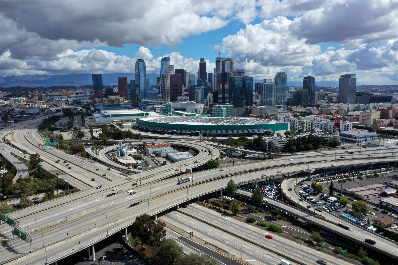 Covid-19 khiến các trục xa lộ vào thành phố Los Angeles- California vắng chưa từng thấy. Thiệt hại kinh tế ước tính lên tới cả ngàn tỷ đô la.