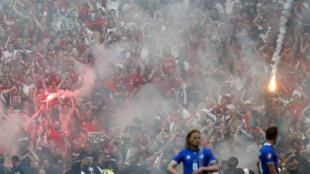 Torcedores húngaros usam sinalizadores para comemorar gol contra a Islândia.