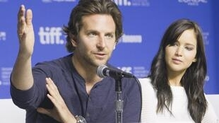 Đôi diễn viên Bradley Cooper và Jennifer Lawrence trong cuộc họp báo giới thiệu phim tại Liên hoan Toronto 2012