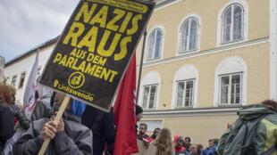 Бранау-на-Инне. «Дом Гитлера». Апрель 2015. Манифестация против присутствия ультраправых в австрийском парламенте.