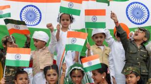 دانش آموزان هندی در شهر اَمریتسار در ایالت پنجاب به استقبالِ هفتادمین سالگردِ استقلال هند رفته اند - ١٤ اوت ٢٠١٧