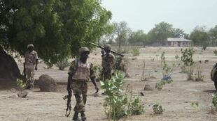 Wasu sojin Najeriya lokacin da suke sintiri gab da kauyen Hausari a jihar Borno