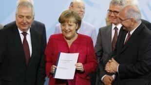 德國總理默克爾展示德國環境部長遞交地能源安全報告,並宣布德國將在2022年關閉所有核電站。2011年5月30日。