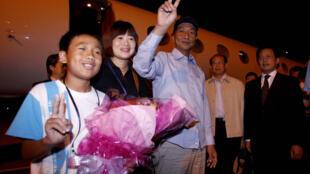 Thuyền trưởng tàu cá Trung Quốc, với vợ và con trai, khi tới sân bay quốc tế tỉnh Phúc Kiến (25/09/2010)