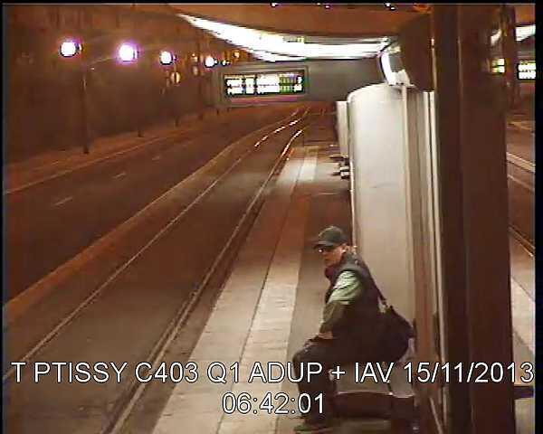 Camera theo dõi chụp ảnh hung thủ chờ xe trên bến tàu điện ©Reuters
