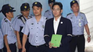 Lee Jae-yong entouré de policiers (image d'illustration). Le parquet de Séoul avait requis un mandat d'arrêt contre le petit-fils du fondateur de Samsung, soupçonné de manipulation de prix lors de la fusion controversée de deux filiales du groupe.