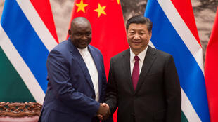Le président gambien Adama Barrow et son homologue chinois Xi Jinping après une cérémonie de signatures à Pékin, le 21 décembre 2017.