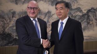 中國副總理汪洋與法國總統外交顧問埃蒂安(左)2017年12日北京