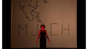 «Médéa Mountains», écrite et interprétée par Alima Hamel, mise en scène par Aurélien Bory au théâtre des Bouffes du Nord à Paris.