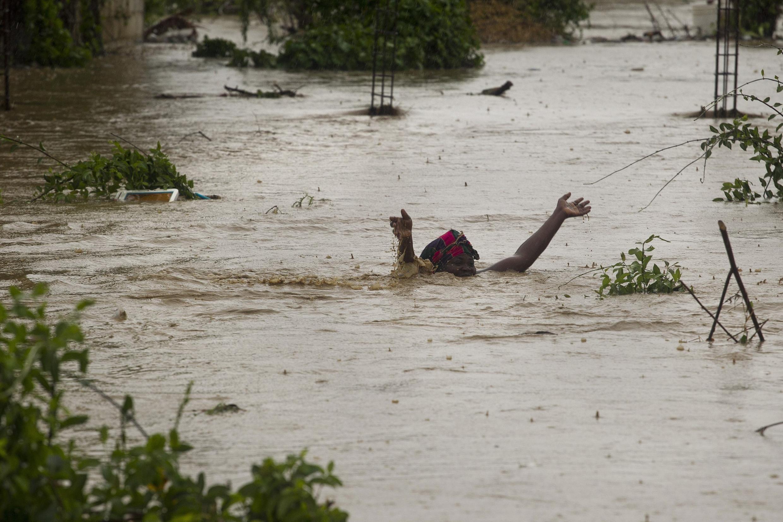 Tempestade Isaac passou neste sábado pelo Haiti, derrubando casas e causando inundações em todo o país, como na capital Porto Príncipe (foto).