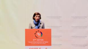 La ministre française de la Défense Florence Parly prononce un discours lors de l'inauguration du 5e Forum sur la paix et la sécurité en Afrique.