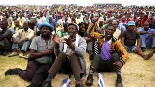 Un rassemblement de mineurs dans le stade de Wonderkop, au nord-ouest de Johannesburg, en janvier 2014.
