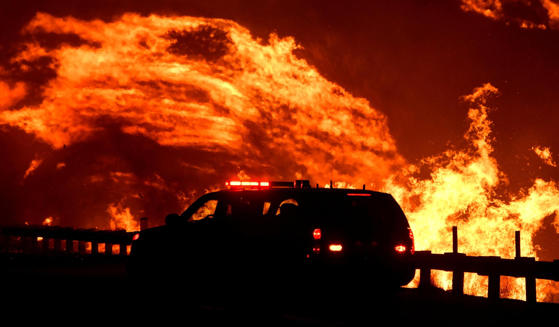 Un incendio forestal impulsado por el viento continúa ardiendo en Canyon Country, al norte de Los Ángeles, California, EE.UU., el 25 de octubre de 2019.