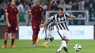 Mshambuliaji wa Juventus, Carlos Tevez, ambaye ni raia wa Argentina, ashindwa kuingiza wavuni mkwaju wa penalti, katika mchuano na AS Roma. Oktoba 5 mwaka 2014.