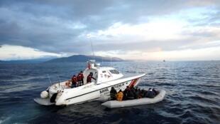 A guarda costeira turca ajuda os migrantes num barco Insuflável depois de uma tentativa de atravessar o Mar Egeu, 6 Março de 2020.
