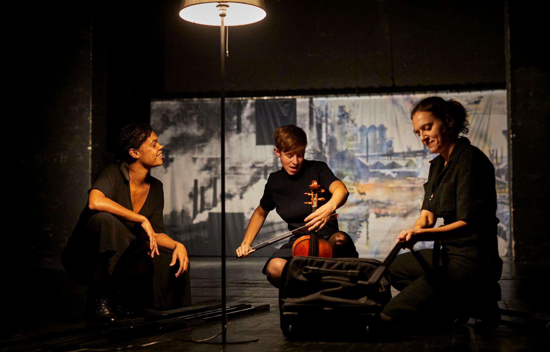 « Ce silence entre nous », de Mihaela Michailov, mise en scène de Matthieu Roy, une création présentée aux Francophonies 2021 à Limoges.