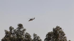 Helicóptero do exército da Argélia sobrevoa a usina, durante operação de invasão final, neste sábado.