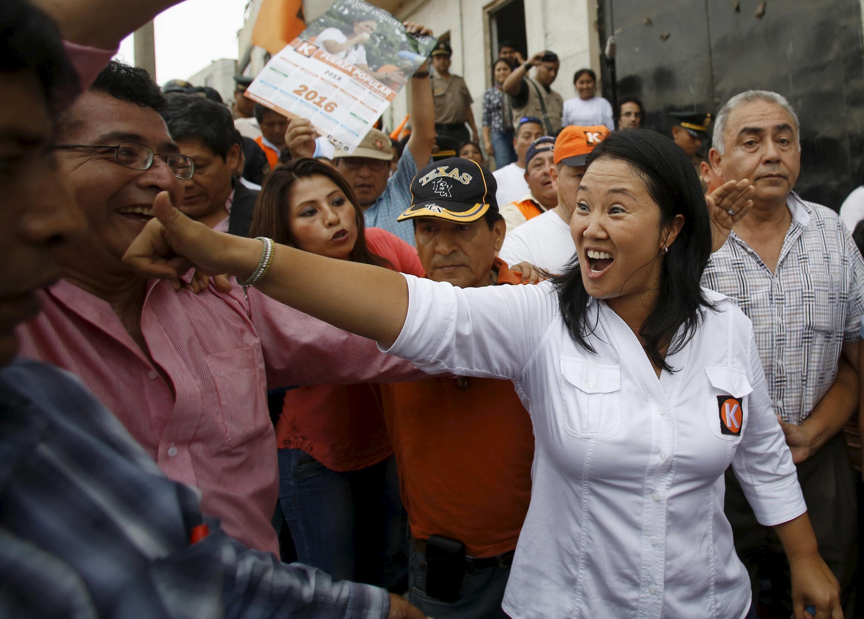 Keiko Fujimori, la hija del expresidente encarcelado Alberto Fujimori, aparece como favorita en la contienda presidencial. Aquí el 8 de enero de 2016 con sus partidarios.