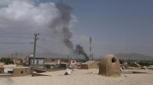 De la fumée venant de la capitale provinciale de Ghazni après le début de l'assaut lancé par les talibans, le 10 août 2018. Les Etats-Unis ont lancé des frappes pour contrer cette avancée, rapporte l'AFP.