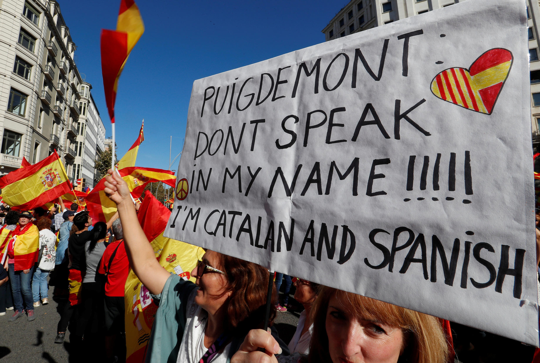 Unionistas fazem manifestação em Barcelona, este domingo (29) por uma Espanha unida
