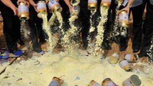 中國官方一次食品安全檢查中銷毀問題奶粉。