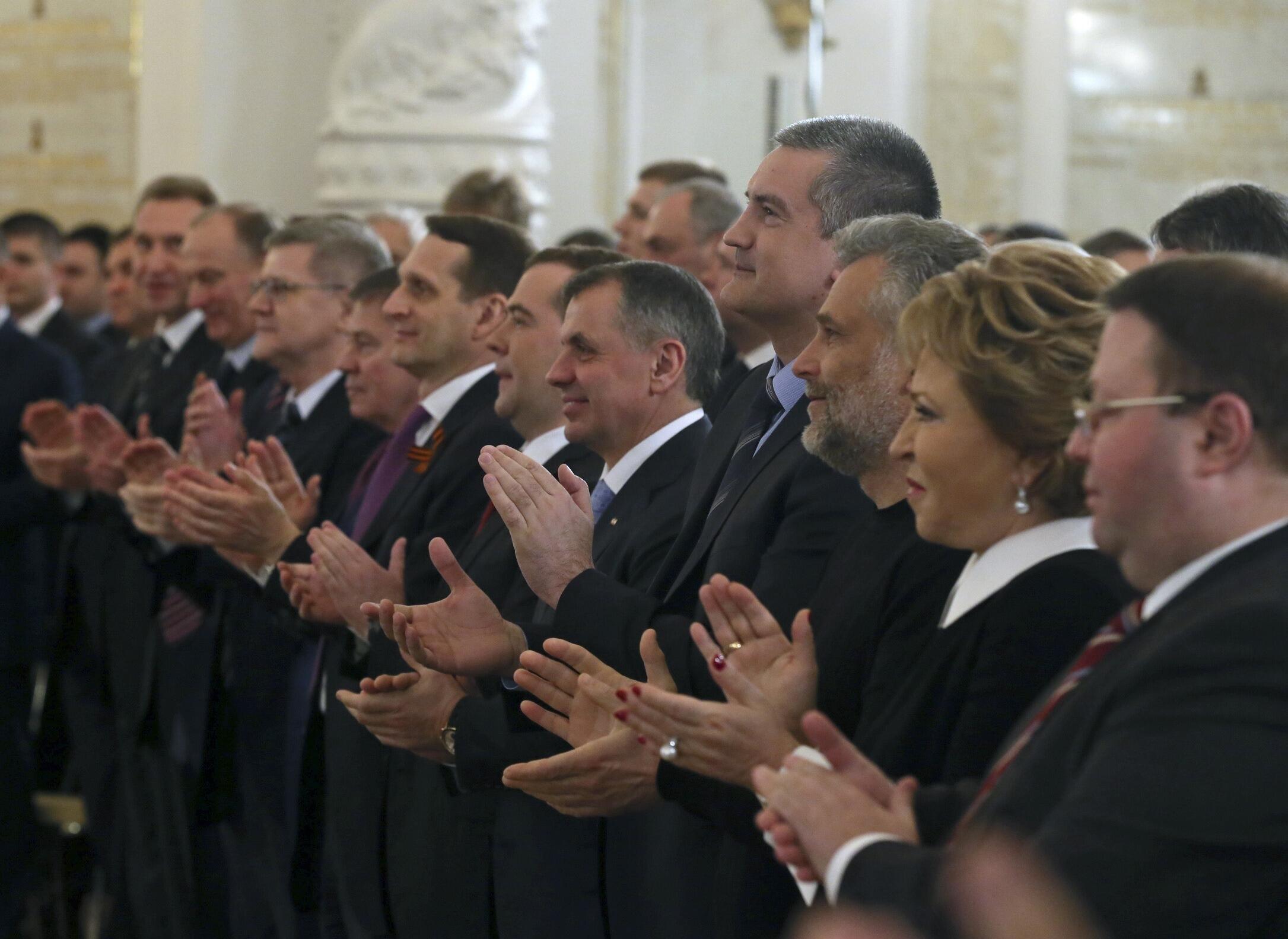 Члены Федерального собрания аплодируют В. Путину в Кремле 18/03/2014