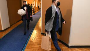 El primer ministro Juri Ratas, con mascarilla, abandona el Parlamento estonio tras dimitir, el 13 de enero de 2021 en Tallin