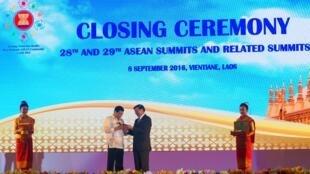 Tổng thống Philippines Rodrigo Duterte (t) nhận quyền chủ tịch ASEAN 2017 từ tay thủ tướng Lào tại phiên bế mạc Thượng Đỉnh ASEAN ở Vientiane (Lào) ngày 08/09/2016. Ảnh tư liệu.