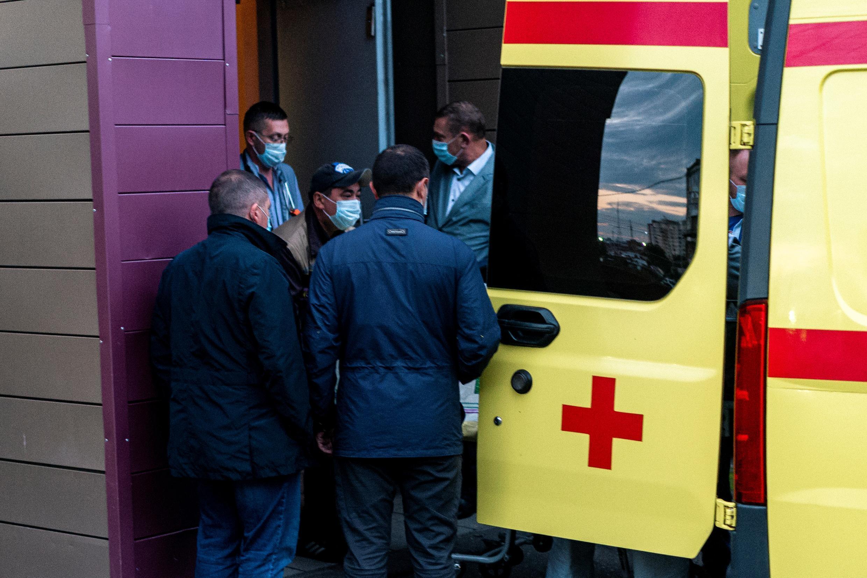 """Personal médico traslada a Alexéi Navalni a una ambulancia en el hospital de Omsk, donde el opositor ruso fue internado por un cuadro clínico que su entorno atribuye a un """"envenenamiento intencionado"""", en Omsk, Rusia, el 22 de agosto de 2020"""
