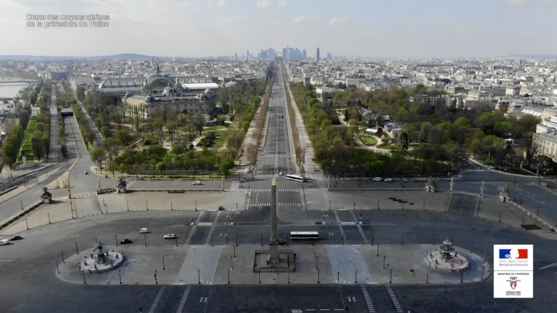 """Imagem do filme """"Paris vu du ciel"""", mostra a Praça da Concórdia e a avenida do Champs-Élysées desertas durante a epidemia de Covid-19."""