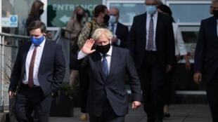 Le Premier ministre britannique Boris Johnson quitte le siège du service d'ambulance d'Irlande du Nord lors de sa visite à Belfast, en Irlande du Nord, le 13 août 2020.