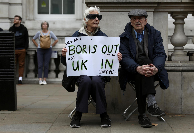 """Um manifestante anti-Brexit com um cartaz durante protesto """"Stop the Coup"""" em Whitehall, Londres, Inglaterra, 7 de setembro de 2019."""