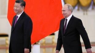 Tổng thống Nga Vladimir Putin (P) tiếp chủ tịch Trung Quốc Tập Cận Bình tại điện Kremlin, ngày 05/06/2019.