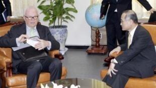 Phái viên Mỹ đặc trách vấn đề Triều Tiên, ông Stephen Bosworth (trái) trao đổi với nhà thương thảo Hàn Quốc Wi Sung Lac (phải) tại trụ sở Bộ Ngoại giao ở Séoul ngày 17/5/11.