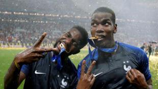 Les footballeurs Samuel Umtiti et Paul Pogba après la victoire de l'équipe de France en finale de la Coupe du monde 2018.