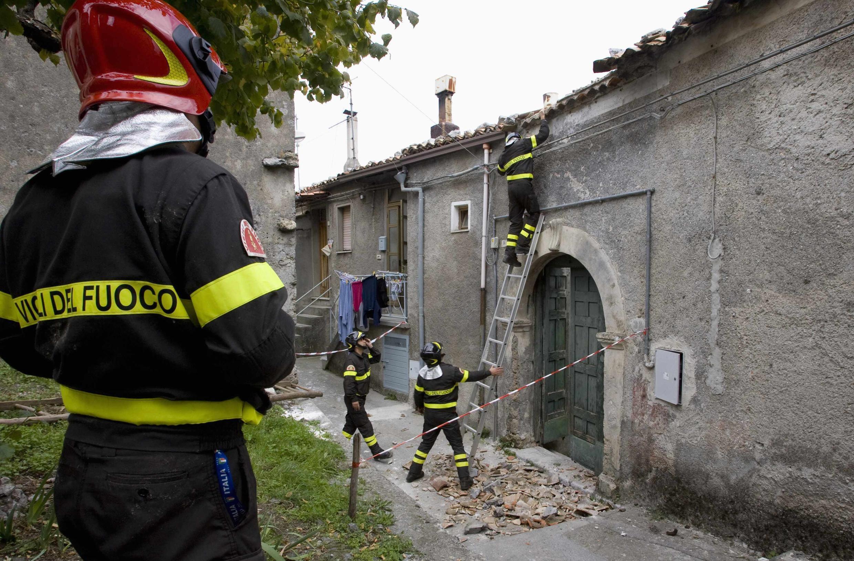 Bombeiros inspecionam construções da cidade de Mormanno, no sul da Itália, após o terremoto que atingiu a região na madrugada desta sexta-feira.