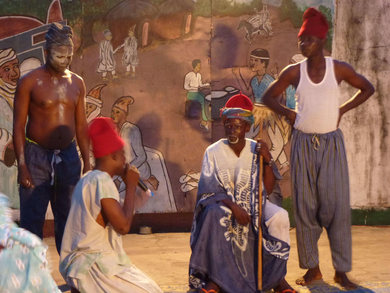 Umar Garba Duya  da ake kira Susu  a Tube ba riga tare da Wasu 'yan wasan Dandali a freedom Thearter Lagos Nigeria