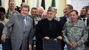 Le président afghan Hamid Karzaï (c) avec le représentant spécial des Etats-Unis Richard Holbrooke (g) et le chef des forces armées américaines au Moyen-Orient et en Asie centrale David Petraeus à l'aéroport de Kaboul, le 11 avril 2010.