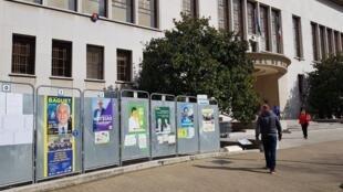 À l'Hôtel de Ville, peu de monde se presse pour effectuer son devoir de citoyen.
