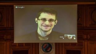 Vídeoconferencia de Edward Snowden no parlamento sueco. 1/12/14